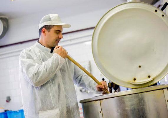 A recski konyhában ő is segédkezett a főzés során. Az ételek iskolások, valamint idősek számára készültek. A politikus szokatlan látványt nyújtott a hatalmas fakanállal a kezében.