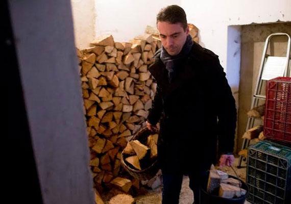 A Jobbik elnöke egy idős hölgynek segített behordani a tűzifát, ami természetesen meg is lett örökítve.