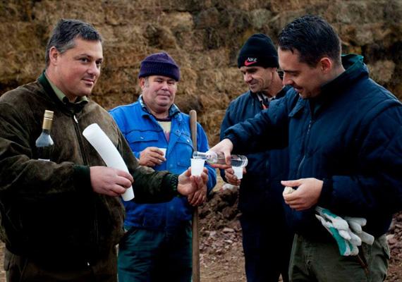 Vona Gábor, a Jobbik elnöke vidáman pálinkázik a brigád tagjaival. Két évvel ezelőtt még a cigányterror ellen demonstrált a párt, a Szebb Jövőért Polgárőr Egyesülettel karöltve.