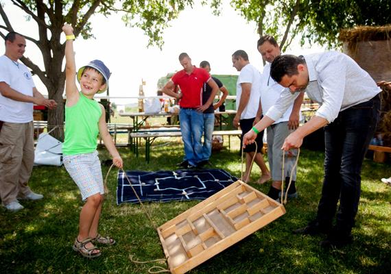 Apa és fia, ahogy éppen sikeresen megoldják a labirintusfeladatot a Kosdon tartott családi napon és konferencián.