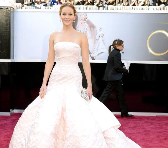 És íme, a kivétel: Jennifer Lawrence mellőzi a botrányos megjelenést, mégis mindenki az ő ruhájáról beszélt az Oscar-gálán. Bár ebben talán óriási botlása is szerepet játszott.