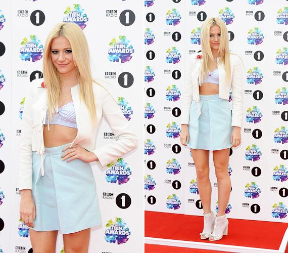 BBC Radio 1's Teen Awardson Pixie Lott igyekezett a legjobb formáját hozni, de a hasvillantós melltartószerűséget még a szolid blézer sem tudta emészthetővé tenni.