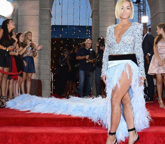 Rita Ora az MTV Video Music Awardson ebben a kék tollas estélyiben jelent meg, ami minden tekintetben ízléstelen volt.