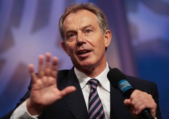 Tony Blair már többször is áldozatául esett a wikipédiás szerkesztők lejárató kampányának. Szócikkében szerepelt már, hogy imádja Hitlert, majd a bővített verzió szerint tinédzserkorában még olyan poszterei is voltak a falon, amelyek a diktátort ábrázolták.