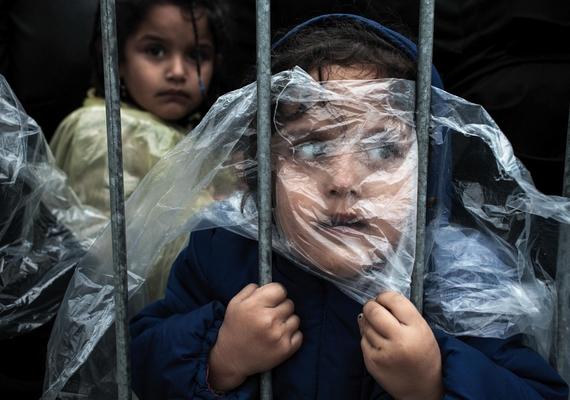 Egy gyerek esőkabátban várakozik a regisztrációs sorban egy szerbiai menekülttáborban - Preševo, Szerbia, 2015. október 7., Matic Zorman