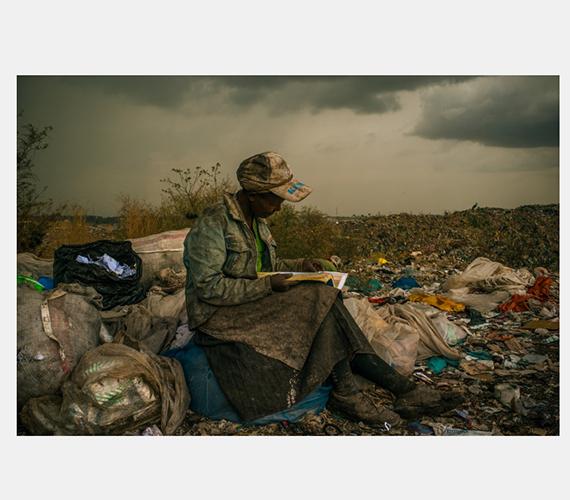 Nairobi: szemétszedő nő pihenője munka közben.