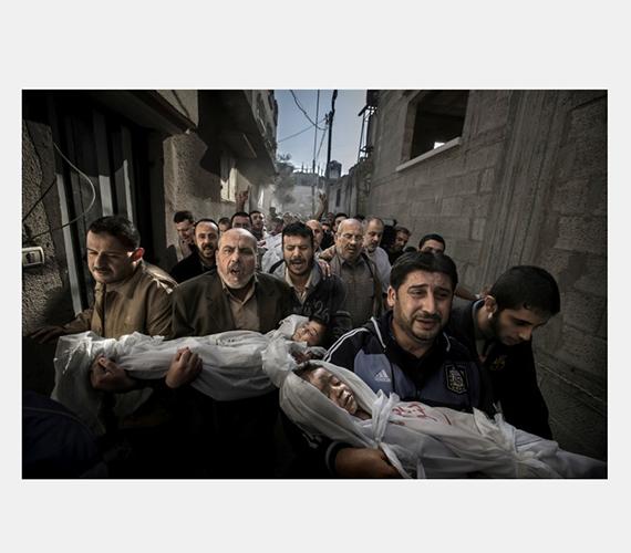 Gáza: halott gyermekek rokonaik kezében egy novemberi izraeli bombázás után.