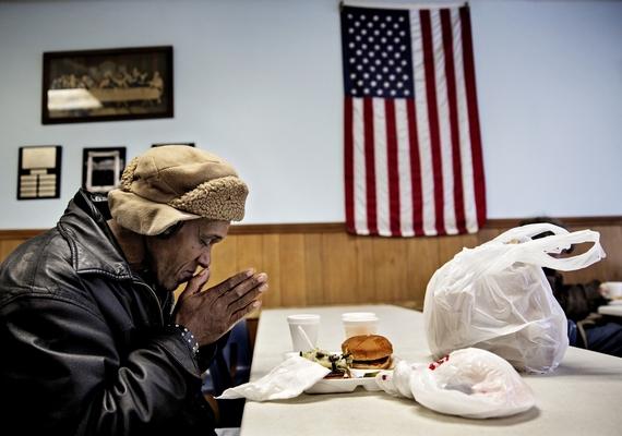 A hétköznapok kategória harmadik helyezettje egy 65 éves hajléktalan férfit ábrázol, aki minden nap ugyanabban az étteremben eszik. A képJacob Ehrbahn műve.
