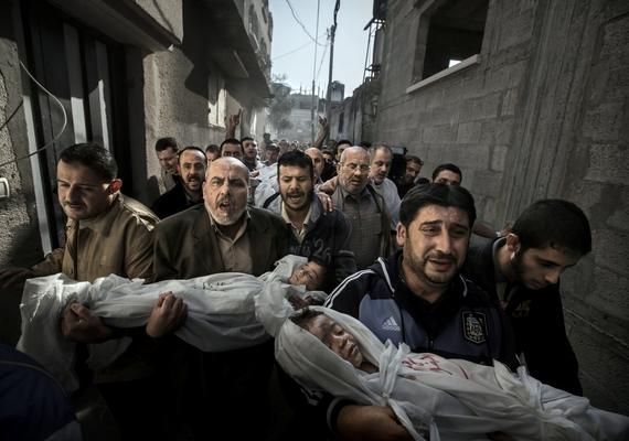 Paul Hansen szívszorító fotója a Gázai övezetben készült. A tömeg egy két- és egy négyéves gyermek - egy testvérpár - temetésére igyekszik. A holttesteket a gyerekek nagybátyjai cipelik. A kép a helyszíni hír kategóriában első helyezést ért el.