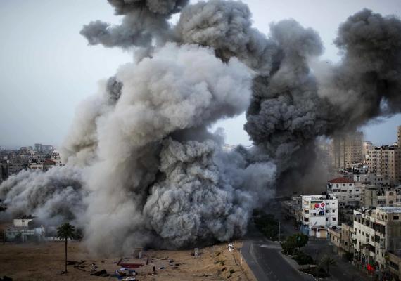 Izraeli fegyveresek több száz rakétát lőttek a Gázai övezetre. A fotó Bernat Armangue munkája, amely a helyszíni hír/sorozat kategóriában első helyezést ért el.