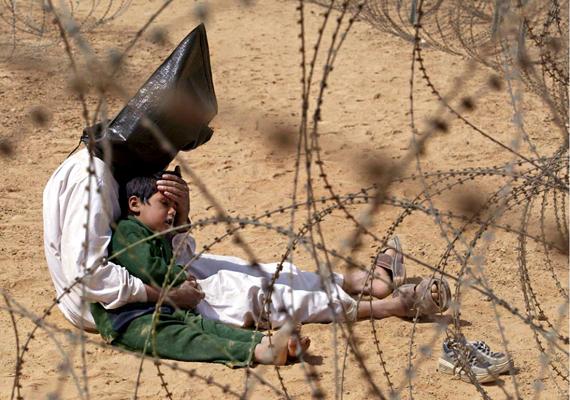 Jean-Marc Bouju fotója 2003-ban lett díjnyertes. A képen egy amerikaiak által fogva tartott iraki férfi nyugtatja fiát.