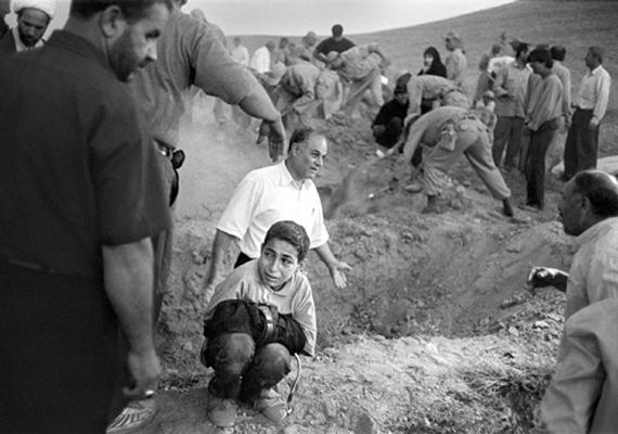 Eric Grigorian 2002-es képén egy kisfiú szorítja apja nadrágját, aki egy iráni földrengés során vesztette életét. Eltemetni a fiú háta mögött látszó gödörbe akarják.