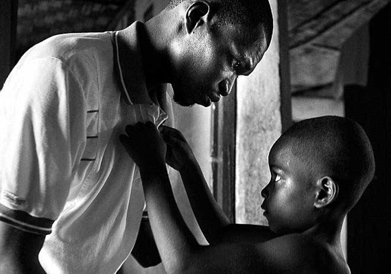 Yannis Kontos 2005-ben díjat nyert képén egy kisfiú igazítja apja gallérját egy menekülttáborban. A Sierra Leone-i forradalmi egységfront lázadói a férfi mindkét kezét levágták.