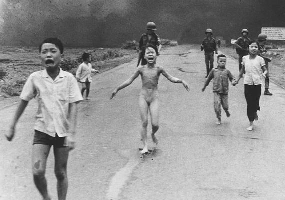 Nick Ut fotója 1972-ben nyert díjat. Gyerekek menekülnek rajta, miután dél-vietnami gépek tévedésből saját földjükre dobtak napalmot.