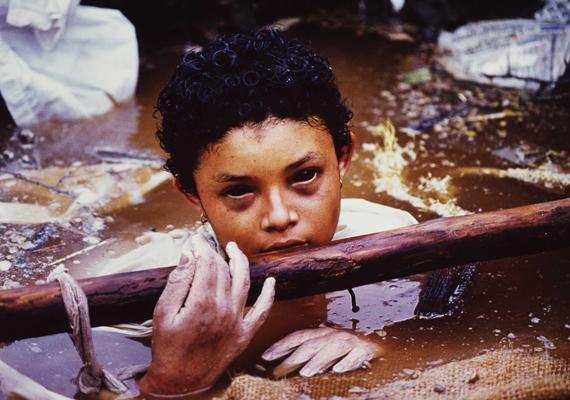Frank Fournier világhírű képén Omaira Sanchez látható, akit egy kolumbiai vulkánkitörés után 60 órányi küzdelem során sem sikerült kiszabadítani a romok alól. A fotó 1985-ben nyert díjat.