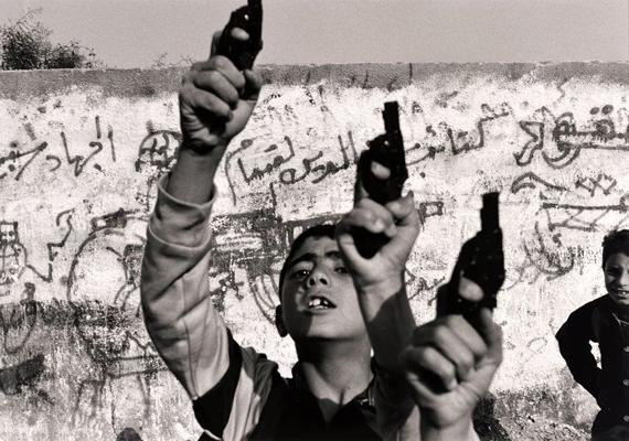 Larry Towel képe 1993-ban nyert sajtófotódíjat. A gázai övezet gyermekei láthatók rajta, akik úgy nőnek fel, hogy egyet tudnak, harcolniuk kell.