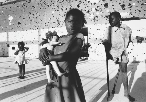 Francesco Zizola 1996-os fotóján taposóaknák gyermekáldozatai láthatók. Az angolai polgárháború aknái mintegy nyolcezer gyermeknek okoztak maradandó sérülést.