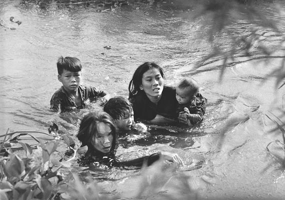 Kyoichi Sawada 1965-ben díjat nyert fotóján egy vietnami anya menekül gyermekeivel a folyón keresztül a bombázások elől.