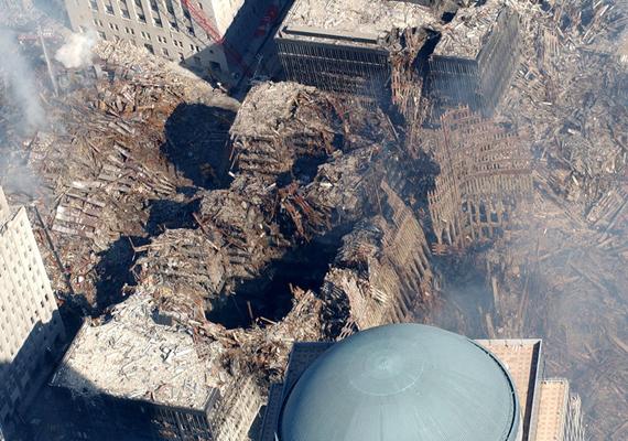 Az ikertornyok a 60-70 tonnányi üzemanyag által termelt hőt nem bírták el, így a forróság gyakorlatilag szétolvasztotta az épületek vázát.