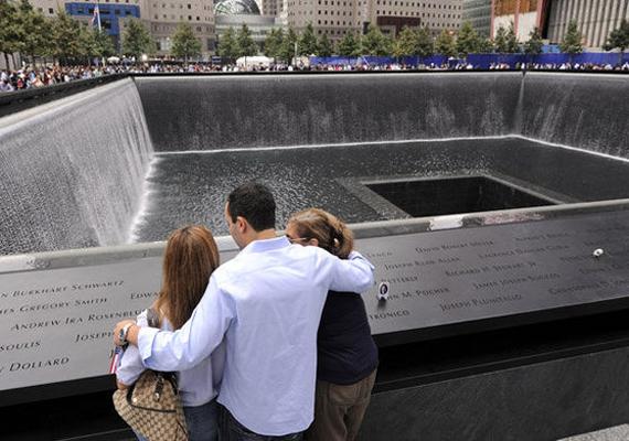 A tragédia helyszínén hatalmas emlékparkot építettek két óriási szökőkúttal a tornyok helyén. Ennek korlátján annak a 2983 áldozatnak a neve látható, akik az 1993-as és a 2001-es terrortámadásokban életüket vesztették.