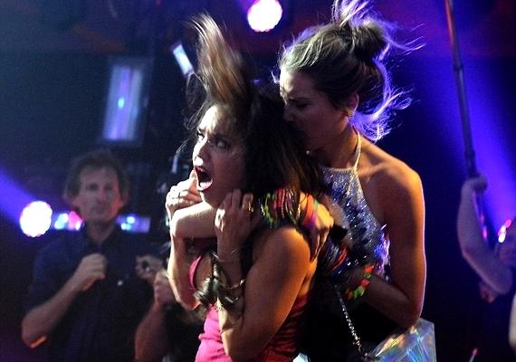 Vanessa Hudgens szorult helyzetbe került egy rajongó miatt, de a támadás szerencsére csak színjáték volt.