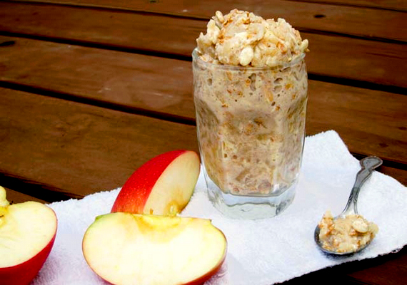 Hámozz meg egy nagy almát, szeleteld fel, és tedd a mikróba. Amikor már törhető állapotban van, villával zúzd pépesre, és adj hozzá pár csepp citromlevet. Hagyd kihűlni, és keverj bele zabpelyhet! Ehhez is jól megy a vanília és a fahéj, és, ha savanyú volt az alma, nem árt neki egy kis édesítő sem.