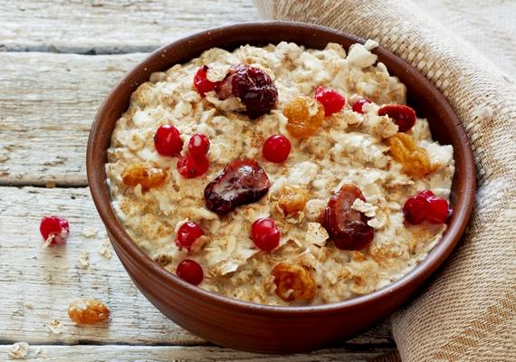 Bármikor készíthetsz gazdag házi müzlit, ami mindenféle mesterséges anyagtól mentes. Önts egy tálba zabpelyhet és egy kis mézet vagy édesítőszert, majd keverd össze tejjel és friss vagy aszalt gyümölcsökkel. Egy kevés zabkorpa és mandula megbolondítja, de morzsolhatsz bele vaníliát is az édesebb érzetért.