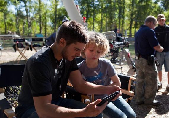 A forgatás szünetében készült képek alapján úgy tűnik, a gyerekeket is szereti - mi kell még?