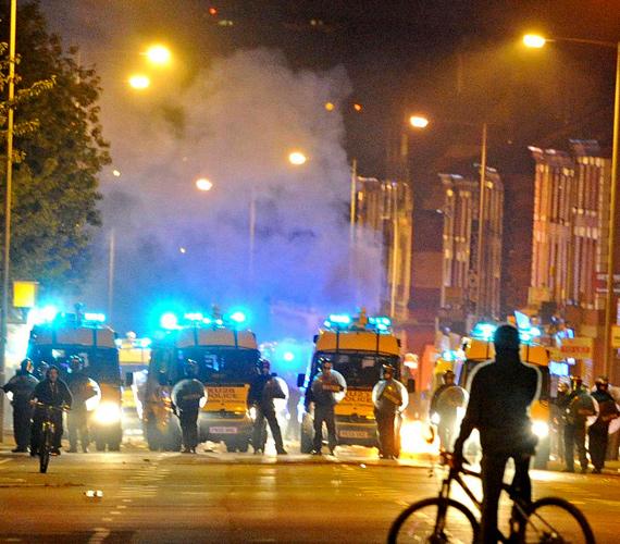 Liverpoolban a randalírozók két tűzoltóautót és egy tűzoltótiszt gépkocsiját is lángba borították, boltokat rongáltak és raboltak ki.