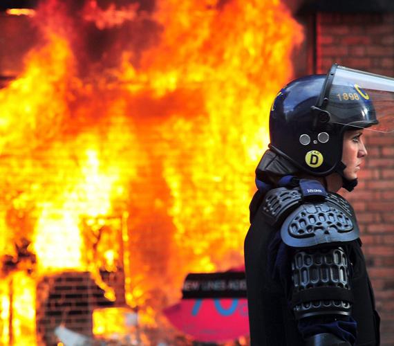 A zavargások miatt több épület, közöttük az egyik legnagyobb lemezraktár is leégett.