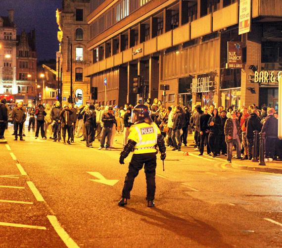 Manchesterben sem nyugodtak le a kedélyek. A város központjában több százan folytatták a randalírozást, palackokat és köveket dobáltak a rendőrökre.