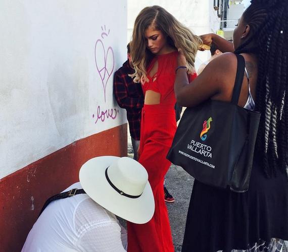 Az újság Instagramjára is felkerült egy fotó a munkálatokról, amit még nem szerkesztettek, és ezen jól látszik, hogy Zendaya retus nélkül is nagyon vékony.