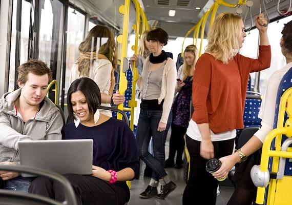 Ha buszon, metrón, vonaton, villamoson utazol, ahol nagy a tömeg, mindig legyen a kezed a csukott táskádon, és a szíjra is figyelj, hogy ne tudják levágni.