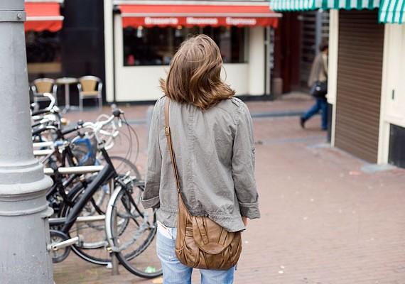 Mindig legyél éber! Akár az utcán sétálgatsz, akár tömegközlekedési eszközön utazol, fontos, hogy nyitott szemmel járj.