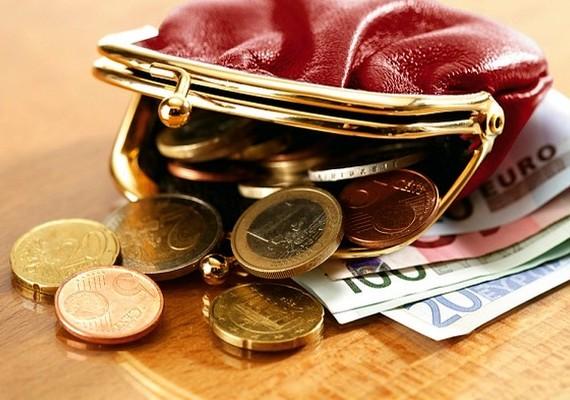 Ha teheted, ne hordj magadnál nagyobb összegű készpénzt, és a pénztárcádat is biztonságos helyen, a táskád egy belső cipzáras zsebében tárold.