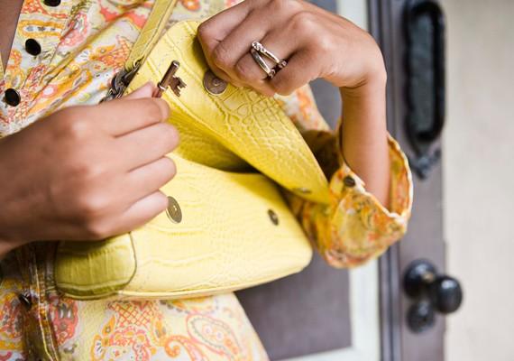 Olyan táskát hordj, amit biztonságosan be tudsz zárni, és van benne néhány rejtett belső zseb is.