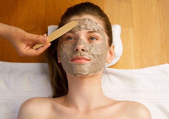 Az agyag és az iszap kellő mértékben magába szívja a felesleges faggyút - anélkül, hogy kiszárítaná a bőrödet. Bioboltban szerezd be, és házi pakolásként hetente egyszer használd őket, ha zsíros a bőröd.