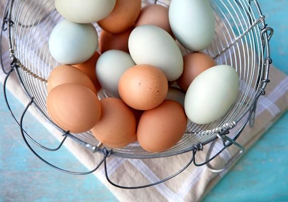 Verj fel két tojásfehérjét kemény habbá, és vidd fel a hajadra. A tojáspakolás beszívja a zsírt, így gyors megoldást jelenthet.