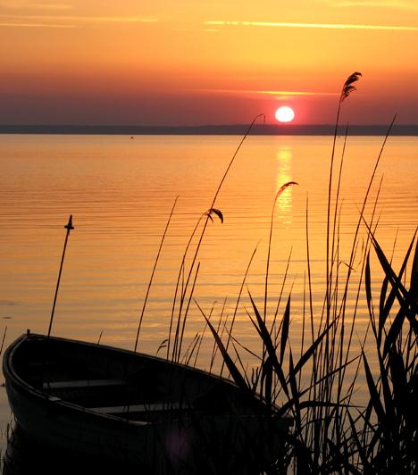 Balaton  A magyar tenger Közép-Európa legnagyobb tava. Amellett, hogy a hazai és külföldi nyaralók nagy kedvence, bővelkedik természeti látnivalókban, olyan gyönyörű látványt pedig, mint amilyet a tó és a tanúhegyek összképe nyújt, ritkán látni egész Európában.  Kapcsolódó galéria: 20 érdekes tény a Balatonról »