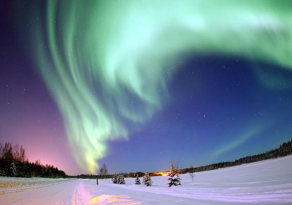 Az alaszkai Medve-tónál színek garmadája vonul fel az égbolton, a rózsaszíntől a királykékig.