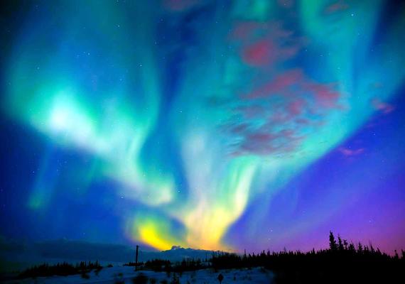 Az Északi-sarkon felbukkanó fény a szivárvány minden árnyalatában pompázhat, akár egyszerre is.