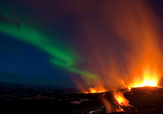 Az izlandi Eyjafjallajökull vulkán kitörése már önmagában is látványos volt, ehhez adódott hozzá az égbolton húzódó sarki fény.