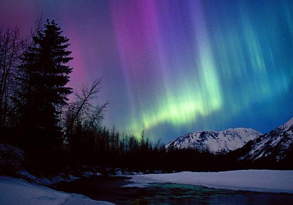 A szintén alaszkai Portage folyó völgyében a sarki fény már-már szürreális, kékes-lilás árnyalatokat ölt.