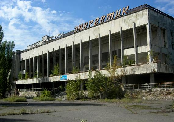 Több mint két évtizeddel a csernobili robbanás után a halálzóna területe még mindig radioaktív, ezért tiltott a turisták számára. Korlátozott számban tartanak igen rövid, vezetett túrákat, azonban az idelátogatóknak alá kell írniuk egy nyilatkozatot, mely szerint megértették az egészségügyi kockázatokat, és saját felelősségre lépnek a területre.
