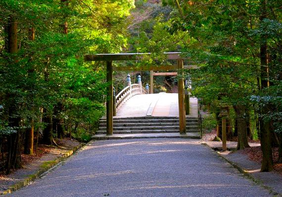 A japán, isei nagy ereklyeőrző a sintó istennőnek, Amaterasu-ōmikaminak szentelt hely, ahová a belépést szigorúan korlátozzák, a szentély belsejét pedig ember szinte nem is láthatja.