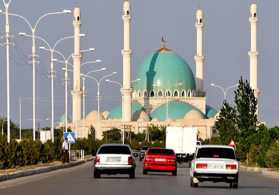 Türkmenisztán nem túl turistabarát, a kormány szigorúan szabályozza a beutazók számát és azt, hogy hova mehetnek, ha egyszer már átlépték az országhatárt, amit csak úgy tehetnek meg, ha meghívólevéllel rendelkeznek egy magánszemélytől vagy cégtől.