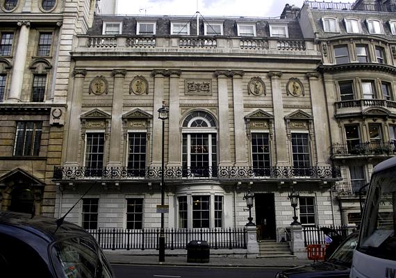A White's a legexkluzívabb angol úri klub, melyet 1693-ban alapították. A nők teljes mértékben ki vannak tiltva területéről, de a férfiaknál is komoly feltételekhez kötik a belépést. Általában olyanok lehetnek klubtagok, akik a politika, a gazdaság vagy épp a művészet terén komoly befolyással rendelkeznek.