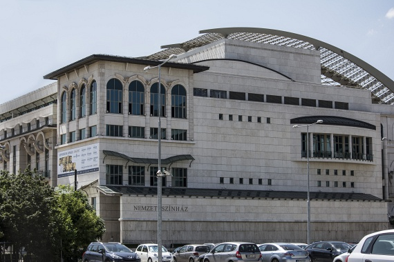 A rekordidő alatt megépült Nemzeti Színház nettó alapterülete a szabadtéri színpaddal együtt több mint 20 ezer négyzetméter. A csodás épületre gyönyörű rálátás nyílik a villamosból.