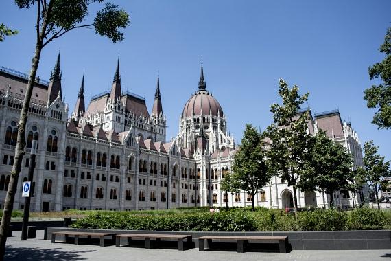 A villamos megáll a Kossuth téren, ahol az Országház, Budapest legismertebb és persze egyik legszebb épülete áll.