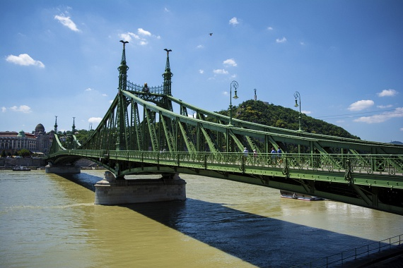 Budapest legrövidebb hídja, a Szabadság híd is látható a 2-es villamos Fővám téri megállójának közeléből.